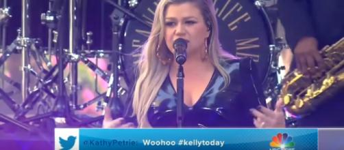 Kelly Clarkson sizzles on 'American Woman' at the CMT Music Awards. [image source: slaymeclarkson c: - YouTube]