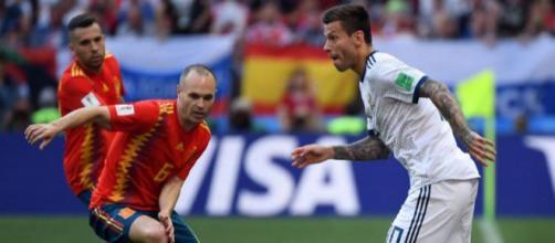 Fedor Smolov, attaccante della Russia, che dribbla il centrocampista spagnolo Iniesta.