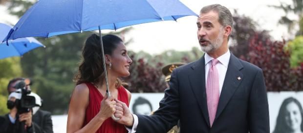 La Reina no dejó que el rey Felipe le sujetara su paraguas bajo la lluvia