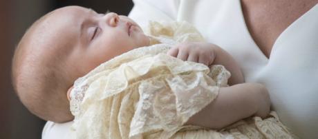 Luis de Cambridge recibe el bautismo con la ausencia de Isabel II