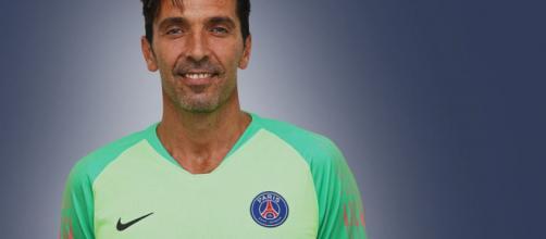 PARÍS / Fans le dan una gran bienvenida a Buffon en su presentación oficial del PSG