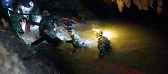 Resgate na Tailândia: time de futebol e técnico são retirados com segurança da caverna