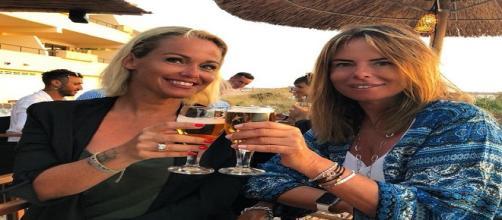 Paola Perego al mare con Sonia Bruganelli: quasi irriconoscibile agli occhi dei fan