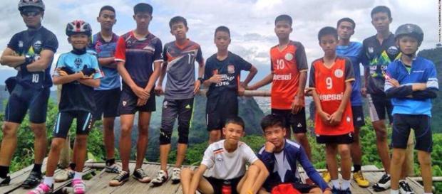 I 12 ragazzi della grotta assieme al loro allenatore