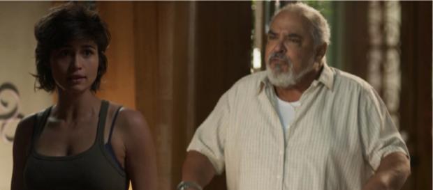 Maura sofre preconceito do próprio pai, por namorar uma mulher