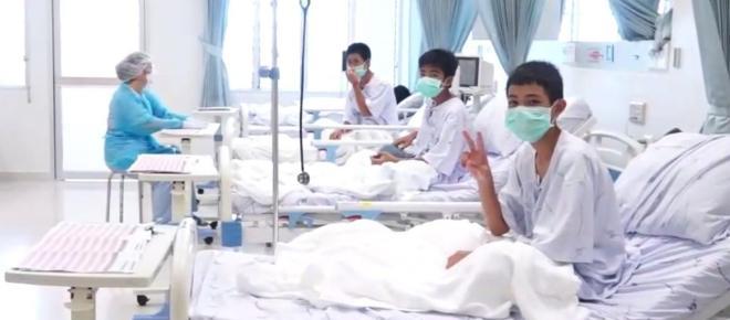 Depois do resgate, foto de meninos que ficaram presos em caverna da Tailândia é divulgada