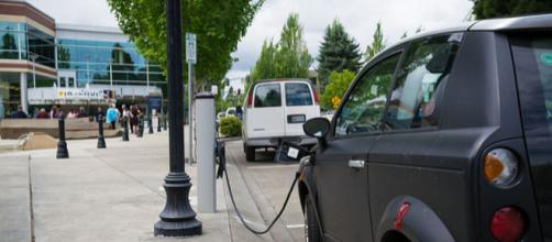 A charging station for electric cars in Hillsboro, Oregon (Image source – Visitor7, Wikimedia Commons)