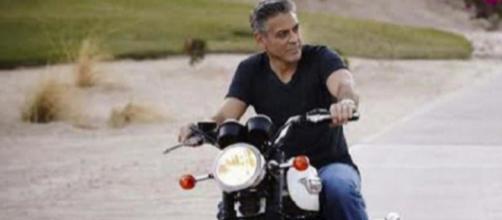 George Clooney a bordo della sua moto