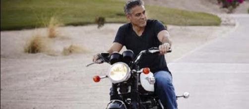 Incidente in moto per George Clooney in Sardegna: dimesso dall'ospedale
