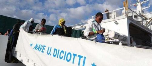 Migranti che scendono dalla nave Diciotti
