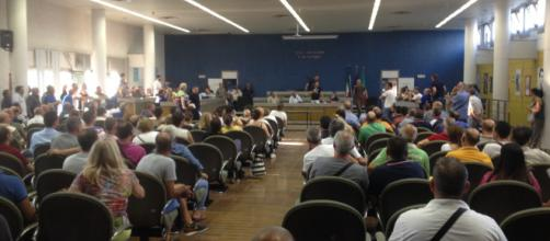 Sala consiliare del comune di Cerignola, protesta dei dipendenti Sia