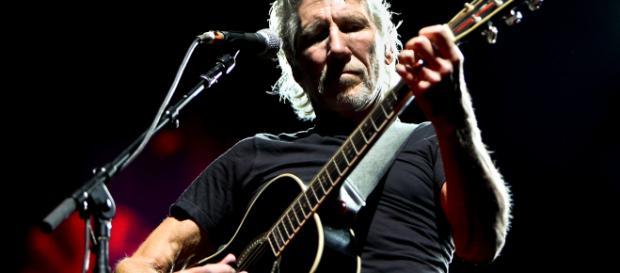 Roger Waters in concerto mentre suona la chitarra acustica
