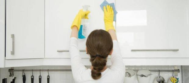 Una donna spagnola è morta a 30 anni dopo aver pulito casa con prodotti contenenti ammoniaca forse mescolati con candeggina.