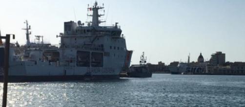 La nave 'Diciotti' al porto di Trapani