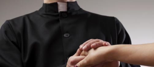 Cremona: uomo sorprende l'ex moglie in intimità con un prete e scoppia la lite