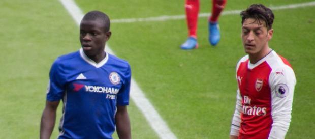 N'Golo Kanté, do Chelsea, com Ozil [Imagem via Creative Commons]