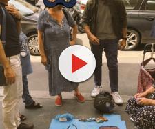 Roma, la foto di un gruppo di persone attorno alla signora dell'uncinetto - ilfattoquotidiano.it