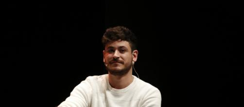 Luis Cepeda interpreta 'No puedo vivir sin ti' junto a una fan en uno de sus conciertos