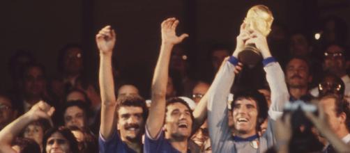 Italia-Germania 3-1, Mondiali 1982: Dino Zoff leva al cielo la Coppa del Mondo