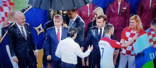 Putin riparato da un ombrello sotto il diluvio di Mosca