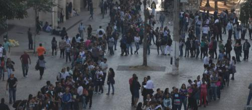 Milhares de pessoas fazem fila por vaga de emprego no Vale do Anhangabaú, São Paulo.