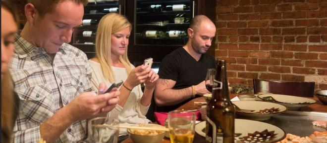 A tavola senza smartphone, nuove regole nei ristoranti a New York: è solo l'inizio