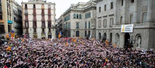 BARCELONA / Miles de personas piden la libertad de los políticos soberanistas en prisión