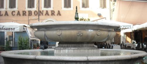 La fontana di Campo de' Fiori presa d'assalto dai tifosi francesi.