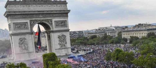 Les Bleus fêtent leur victoire avec les français sur l'avenue des Champs-Elysées