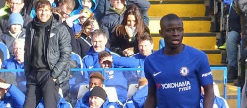 N'Golo Kanté ao serviço do Chelsea [Imagem via Wikimedia Commons]