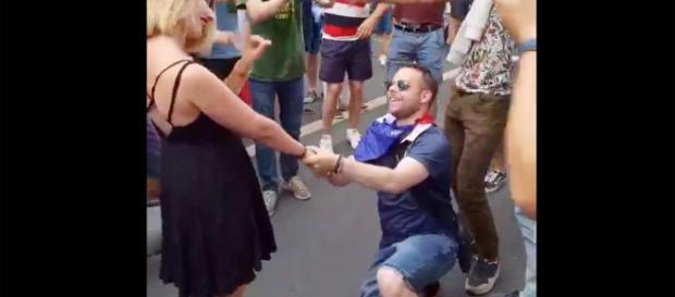 Une demande en mariage ratée sur les Champs-Elysées