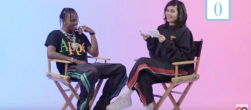 Kylie Jenner com Travis Scott [Imagem via Youtube/ GQ]