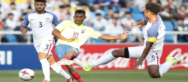 Brian Cabezas, com a 10 do Equador, está perto de reforçar o Fluminense (Foto: Agência EFE)