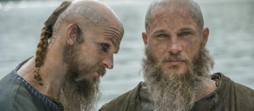 Floki e Ragnar, personagens de Vikings