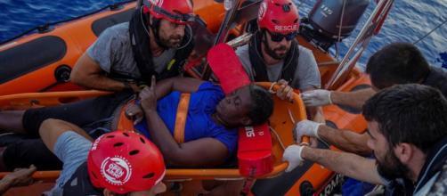 Open Arms rescató a una mujer que estuvo aferrada por 48 horas a restos de su embarcación