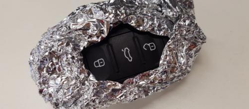 Por que especialistas recomendam embrulhar chaves automáticas do carro em papel alumínio