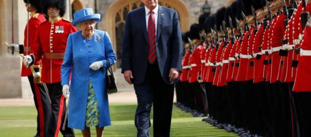 La reina Isabel lanza mensajes a Trump llevando un broche que le regaló Barack Obama