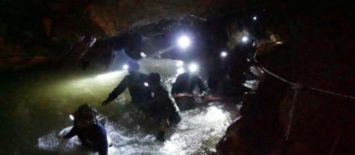 Mergulhadores dentro da caverna de Tham Luang (Tailândia)