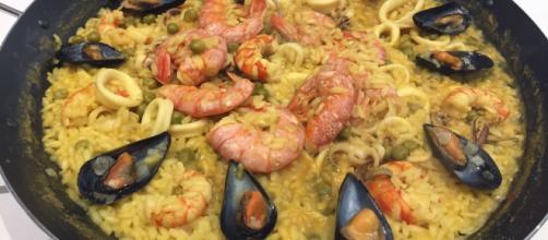 Paella di pesce con cozze, calamari e gamberi.
