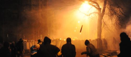 Protesters throwing pieces of pavement (by Mstyslav Chernov from Wikimedia Commons)