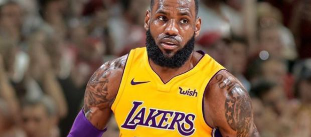 LeBron James talked to Kobe Bryant and Magic Johnson [Image by Lake Show / Twitter]