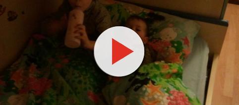 Bimbo fa la pipì a letto, la mamma lo uccide