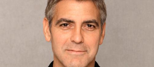 George Clooney è ancora infortunato dopo l'incidente sulle strade della Sardegna.