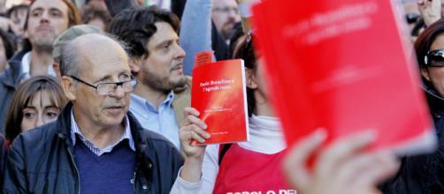 Paolo Borsellino: manifestanti con agende rosse per la verità