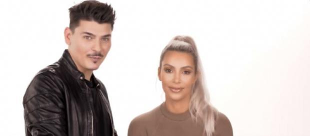 Kim Kardashian com o maquilhador Mario [Imagem via YouTube/ Kim Kardashian West]