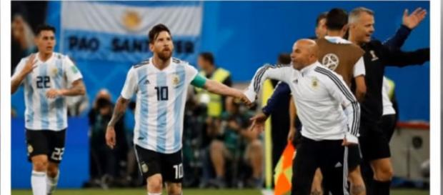 Messi e Sampaoli [Imagem via YouTube/FootBall]