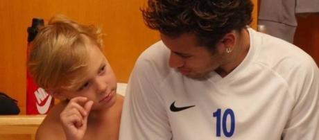 Jogador Neymar com o filho Davi Lucca