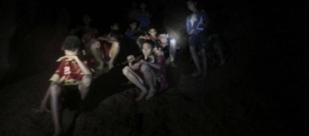 Niños atrapados en la cueva de Tailandia estudiarán budismo