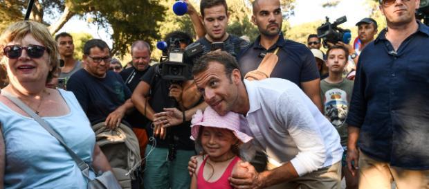 Premier bain de foule d'Emmanuel Macron à Brégançon