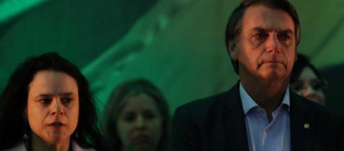 Ao lado de Janaína Paschoal, Jair Bolsonaro chora enquanto Hino Nacional é tocado - Galeria BN